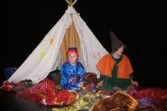 Ida och Kim framför tältet